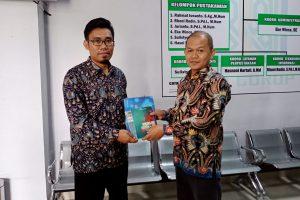 Penyerahan Buku Karya Sederhana dari Dr. Sumarto, M.Pd.I